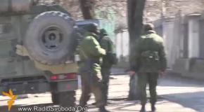 Русские солдаты осаждают украинскую военную часть, требуя ее покинуть