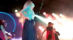 Вера Брежнева потеряла юбку во время концерта