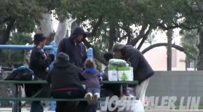 Парень дал бездомному $100 и стал следить Но вместо падения человека он увидел его величие!