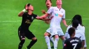 Новичок Суонси подло ударил соперника между ног