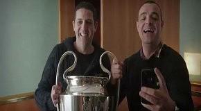 Реакция футбольных фанатов на кубок UEFA в собственном отельном номере