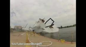 Фотографа снесло волной при спуске корабля на воду