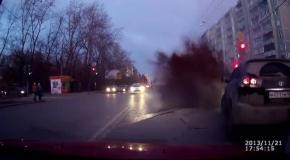 Авария: взрыв трубы на дороге