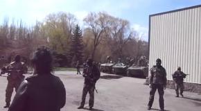 В Славянске замечены БРМы с российскими флагами