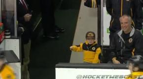 Юный болельщик Бостона приветствует команду