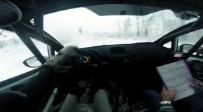 Тестирование автомобиля на снежной трассе