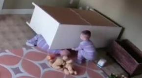Шокирующее видео: дети завалили на себя комод