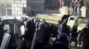 Милиция бросает камни в активистов (18.02.2014)