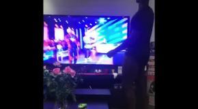 Погба станцевал перед экраном телевизора