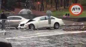 В Киеве Mercedes влетел в памятник герою Небесной сотни