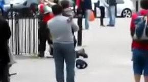 Полицейский удерживает преступника за ногу