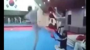 4 удара ногами в воздухе