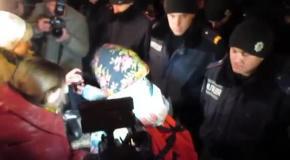 Милиционеры подарили цветы активисткам Евромайдана