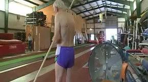 90-летний американец прыгает на 2 метра в высоту