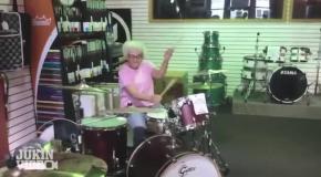 Бабушка виртуозно играет на барабанах