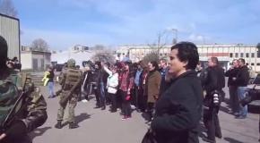 В Славянске возле охраняемых БМД местные жители скандируют: Донбасс-Донбасс
