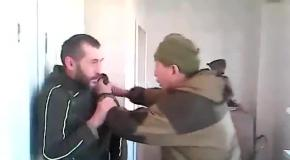 Террорист Якут избивает наемника из Москвы за дезертирство