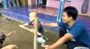 Как детей учат ходить в Индонезии