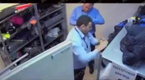 Работника аэропорта Борисполь копаются в вещах пассажиров