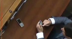 Депутат-регионал играет в карты на месте Ахметова во время заседания парламента