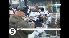 Вандализм на Грушевского - женщины вырывают кресты