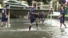 В Англии состоялся футбольный матч в речке