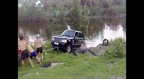 Водитель Range Rover спускает лодку в озеро