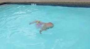 16-месячная девочка самостоятельно переплывает бассейн