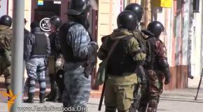 Люди в военной форме обыскивают прохожих в центре Симферополя