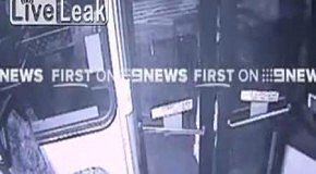 Водитель выталкивает женщину из автобуса