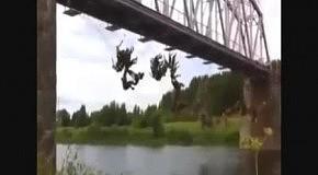 Массовый прыжок джамперов с моста