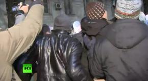 Порошенко прогнали от здания крымского парламента