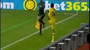 Футболист ударил судью своим ботинком