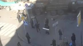 Задержанных активистов уводят за отряды ВВ и сажают в автозаки без номеров