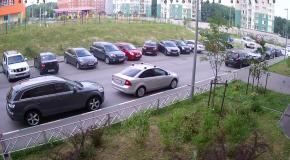 Богиня парковки: девушка разбила четыре авто пытаясь выехать