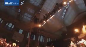 Певец на концерте прыгнул в толпу фанатов с 10-метровой высоты