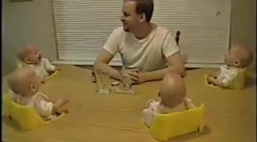 Родительский подвиг: папа развлекает четверняшек