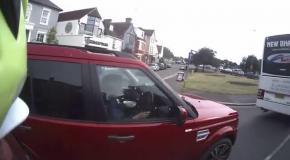 Британку поймали на поедании каши за рулем