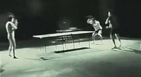 Брюс Ли играет в настольный теннис