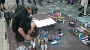 Уличный художник спреем