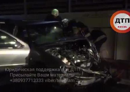 ВКиеве такси врезалось вмусоровоз