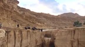 Как наполняется водой пересохшая река в пустыне