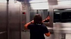 Розыгрыш с привидением в лифте