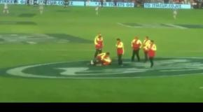 Во время матча по регби на поле выбежала голая женщина