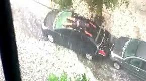 Человек плавает на крыше собственного автомобиля