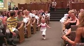 Плачущая девочка на свадебной церемонии