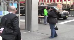 Женщина против дверей