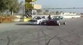 Водитель дрифтует на двух машинах
