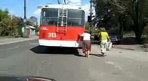 Мега прикол! тупая бабка думает что толкает автобус
