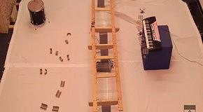 Летающие роботы  исполняют саундтрек к Джеймсу Бонду